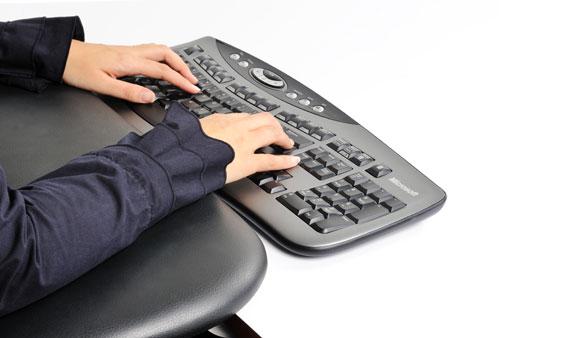 Zwarte, leren ergonomische armsteun van Ergonomique, de ErgoExtension Big